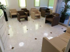 待合室のソファーはソーシャルディスタンスを考慮して、間隔を開けて設置しております